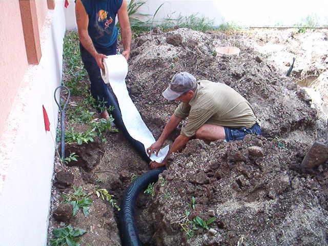 Montajul tuburilor de dren si a materialului geotextil in executia retelelor de drenuri pentru gradina