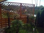 Gard de lemn si spaliere pentru plante cataratoare pe structura metalica