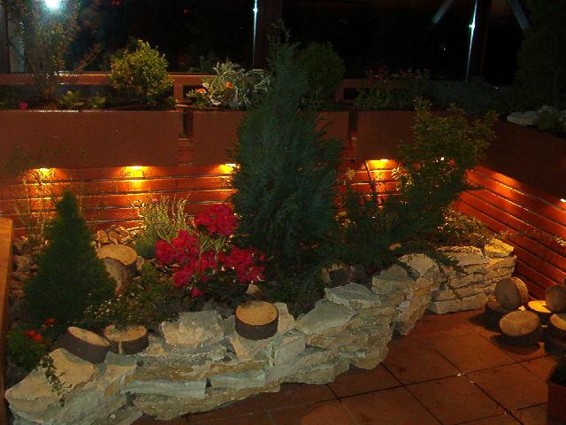 Amenajari terase si spatii interioare cu plante, flori si gazon, scoarta de pin, pietris decorativ si alte materiale