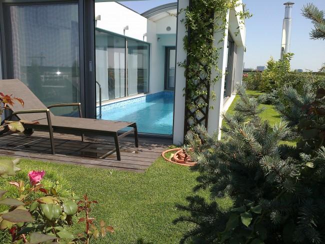 Amenajare terasa pe bloc. Amenajari spatii interioare cu plante, flori si gazon, scoarta de pin, pietris decorativ si alte materiale