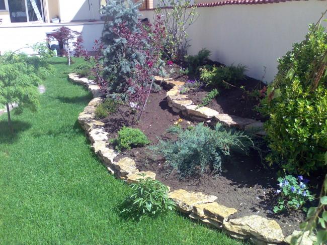 Amenajari gradini mici, terase verzi si spatii inguste cu plante ornamentale, flori de gradina si gazon, scoarta de pin, pietris decorativ si alte materiale