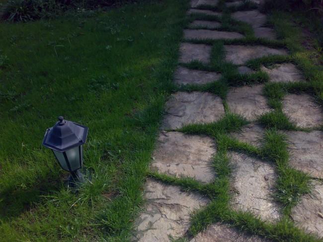 Alei pietonale de gradina si platforme din lespezi de piatra naturala: granit sau calcar