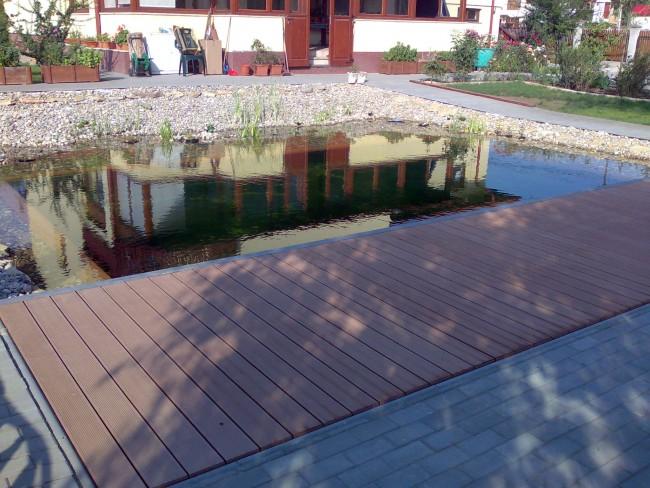 Deck-uri din lemn sau materiale compozite care imita lemnul