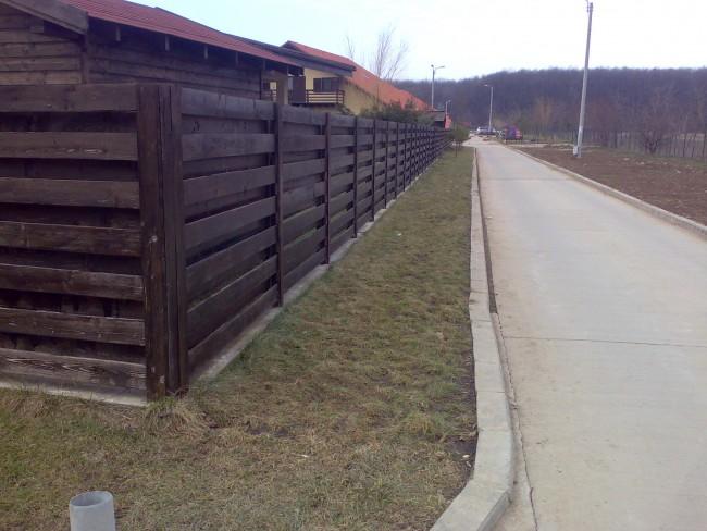 Gard de lemn pe structura metalica