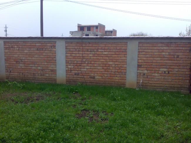 Gard din caramida cu stalpi din beton armat