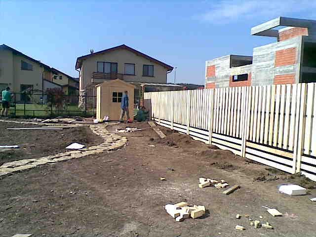 Gard de lemn pe structura metalica si casuta de unelte din lemn natur