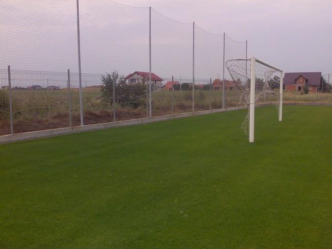 Gard de plasa textile pe structura metalica pentru retinerea mingiei in spatele portii terenurilor de fotbal