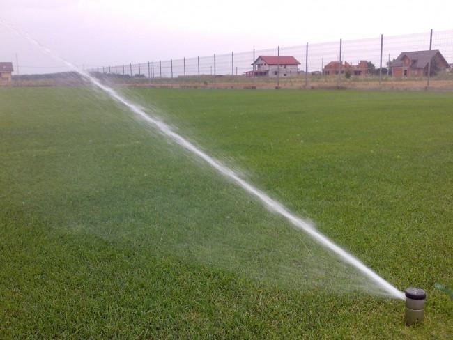 sisteme automatizate de irigatii cu aspersoare de tip rotor, folosite la udarea terenurilor de fotbal si a suprafetelor mari