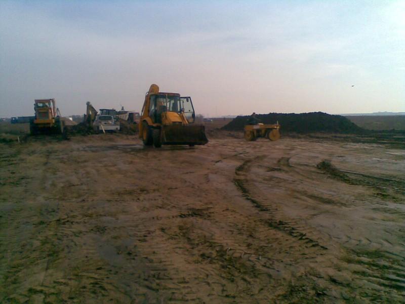 Decopertare terenuri de resturi vegetale, pamant, iarba, buruieni si grupare in vederea incarcarii si evacuarii.si grupare resturi