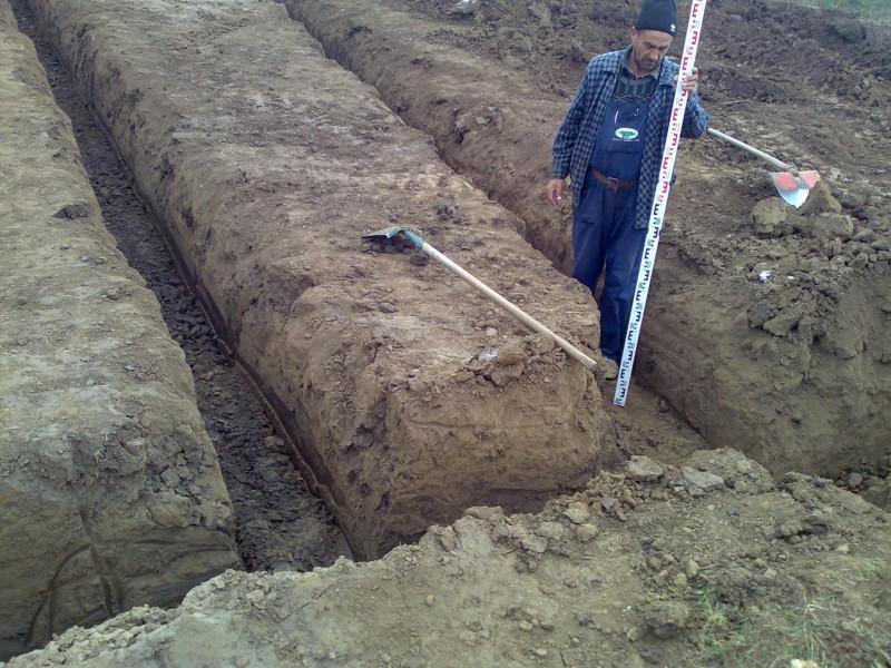 Sapare manuala santuri cu adancime de 80 cm in spatii inguste sau unde nu se poate intra cu utilajele.