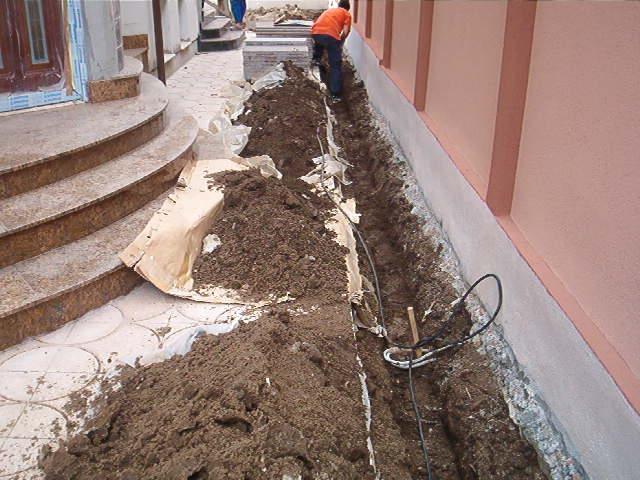 Sapatura manuala a santurilor cu adancime de 40 cm in spatii inguste sau unde nu se poate intra cu utilajele.