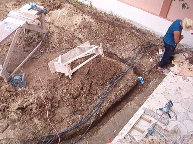 Montaj / pozare cabluri electrice cu manta metalica pe fundul santurilor sapate pentru cablajele electrice de gradina