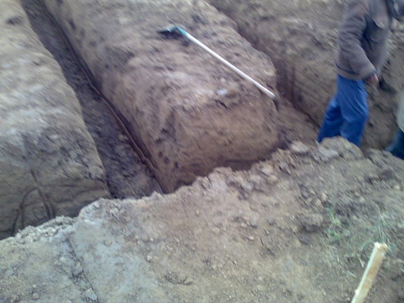 Sapatura manuala a santurilor cu adancime de 60 cm in spatii inguste sau unde nu se poate intra cu utilajele.