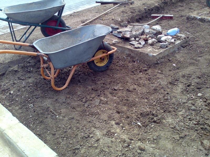 Decopertare terenuri de resturi vegetale, pamant, iarba, buruieni si grupare resturi in vederea incarcarii si evacuarii.