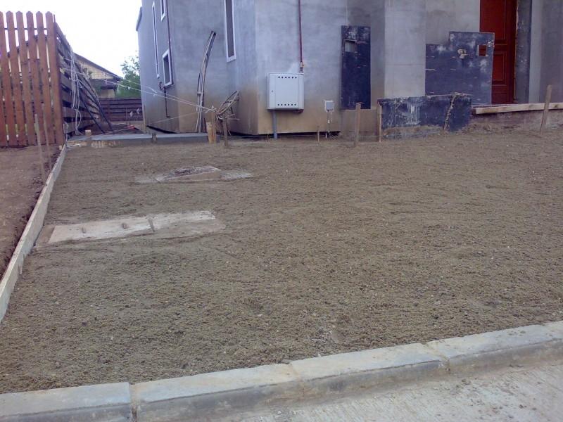Manipulare manuale pamant, nisip, pietris pentru nivelarea platformelor si suprafetelor de gradina.