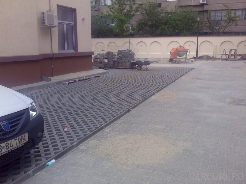 Montaj dale din beton si pavele autoblocante vibropresate din beton pentru alei pietonale si parcari.