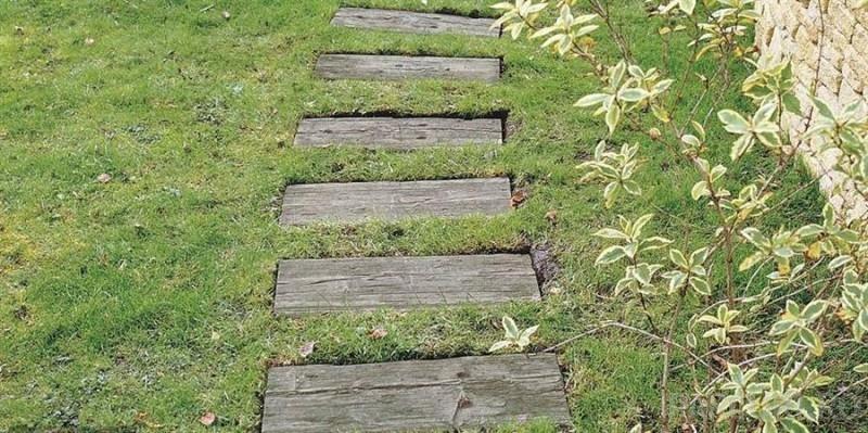 Dale de gradina imitatie de lemn invechit, din beton vibropresat gama BRADSTONE TRAVERSA culoare brun antic