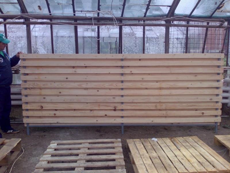 Garduri din scanduri de lemn fixate pe rame metalice