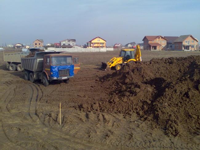 Gruparea stratului de pamant vegetal pentru realizarea amestecului cu nisip necesar gazonarii suprafetei de joc