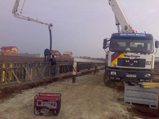 Cofrarea si turnarea digului armat pentru sprijinirae umpluturilor cu pamant