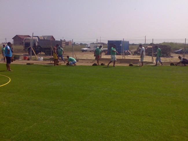 Montarea rulourilor de gazon pe terenul de fotbal