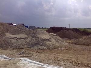 Poza Depozit de nisip pentru amestec cu pamant fertil, de padure pentru gazonare gradina.