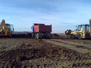 poza Transport pamant resturi vegetale sau crengi din decopertari terenuri, foraje sau taieri pomi cu camioane de 9 mc