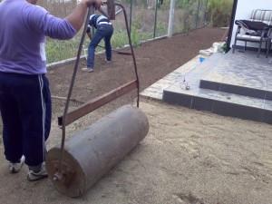 Poza Tavalugirea suprafetei gazonate cu tavalugul mic pentru gazon