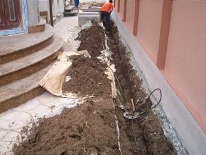 Poza Sapatura manuala a santurilor cu adancime de 40 cm in spatii inguste sau unde nu se poate intra cu utilajele.
