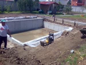 Poza Batatorirea compactarea santurilor si a gropilor cu maiul compactor sau cu placa vibratoare.