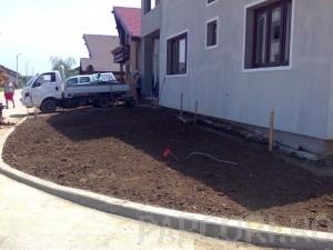 Poza Decopertare terenuri de resturi vegetale, pamant, iarba, buruieni si grupare resturi in vederea incarcarii si evacuarii.