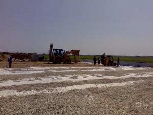 Poza Manipulare mecanizata a adaosului de pamant si manuala pamant, nisip, pietris pentru nivelarea suprafetelor de gradina.
