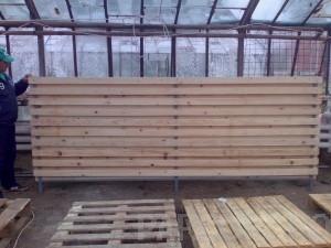 poza Constructii garduri din panouri de lemn fixate pe stalpi de metal.
