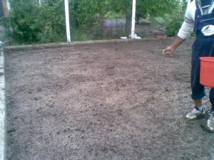 poza Insamantare gazon: imprastiere incorporare seminte de gazon si tavalugirea suprafetei gazonate.