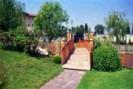 Amenajare gradina privata de dimensiuni mari, cu iaz si casacada de gradina, gazon si grupuri de plante ornamentale.