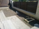 Gard din beton placat cu piatra naturala si panouri de lemn baituit
