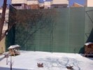 Gard din plasa semitransparenta fixata pe structura metalica de inaltime mare