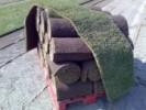 Ruloouri de gazon pregatite pentru montaj pe suprafata de teren care trebuie inierbata